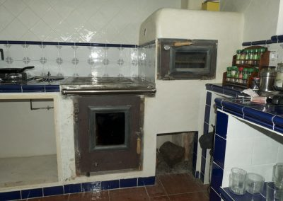 Estufa de inercia calefactora, con horno y cocina.
