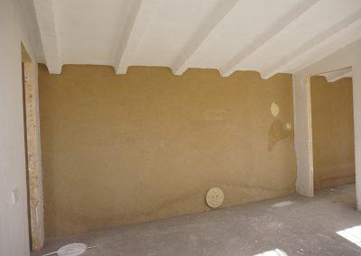 Aspecto vigas de hormigón reformadas, revestimiento de tierra con pruebas de pintura de arcilla y relieves con muros radiantes