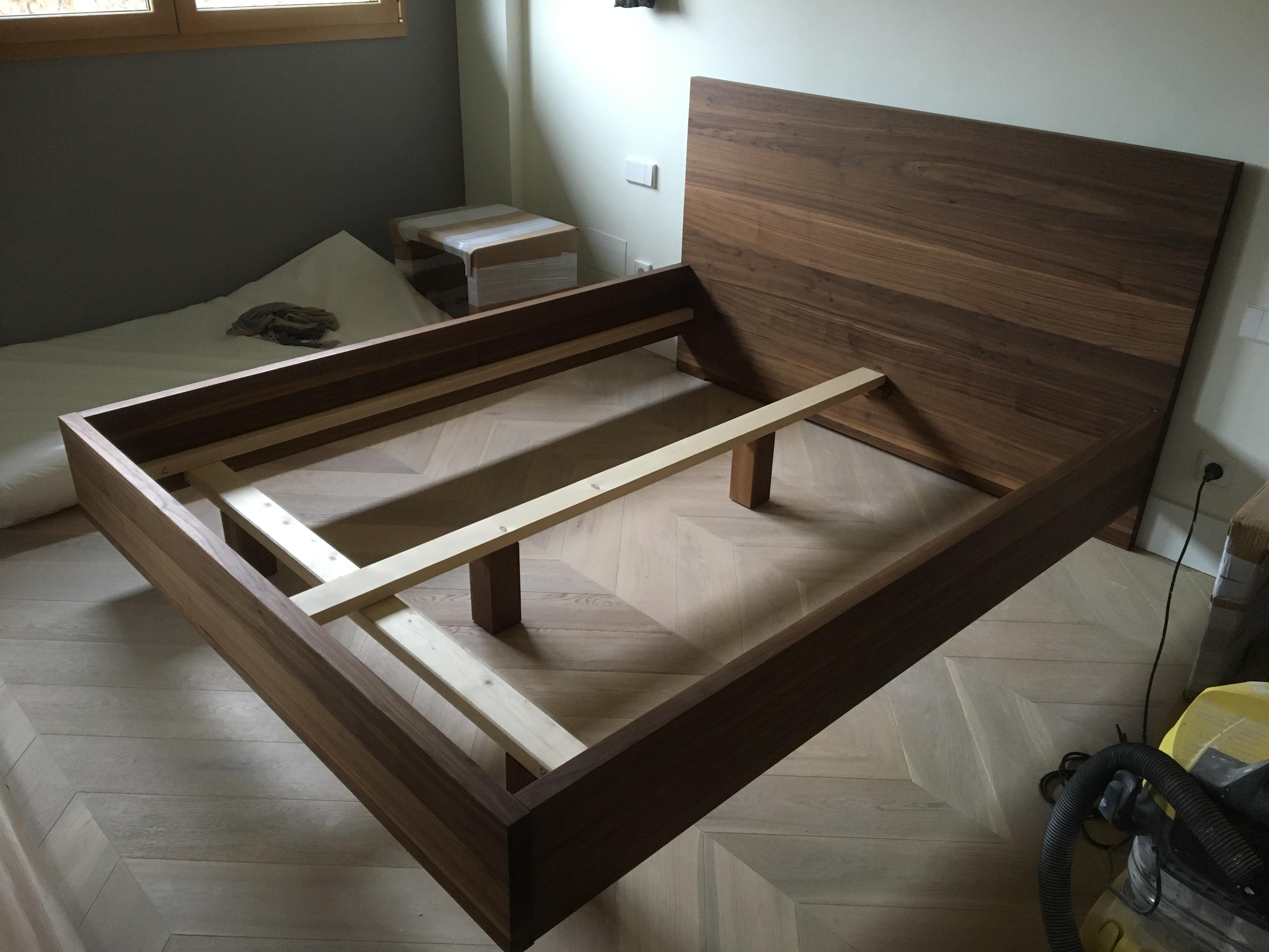 Cama de madera de nogal