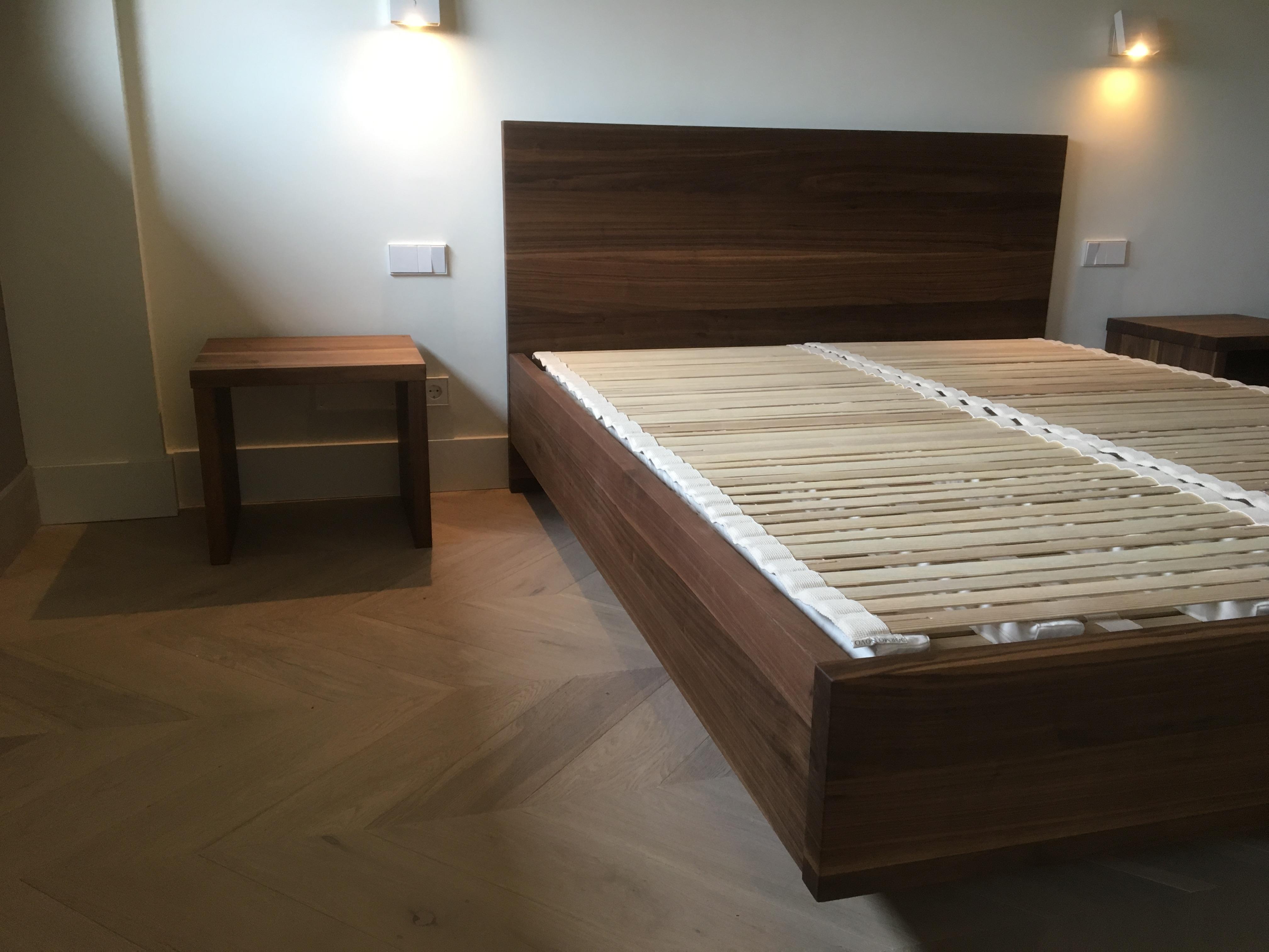 Vista lateral cama nogal y sistema B&C